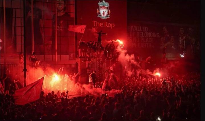 Los fans del Liverpool celebraron hasta altas horas de la noche su triunfo en la Premier League