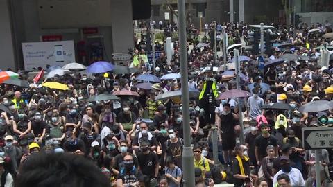 Miles de manifestantes bloquean sede de la policía en Hong Kong