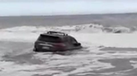 Una camioneta que estaba en el playa quedó sumergida en el mar