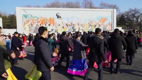 Norcoreanos rinden homenaje a Kim Jong Il con un frío glacial