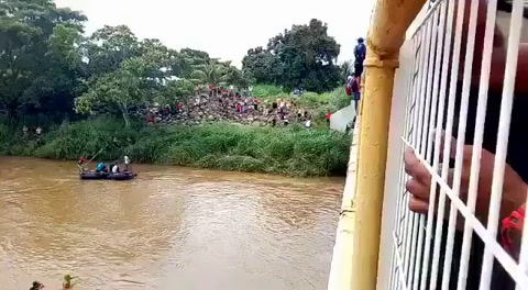 Hondureños arriesgan sus vidas al lanzarse a río Suchiate
