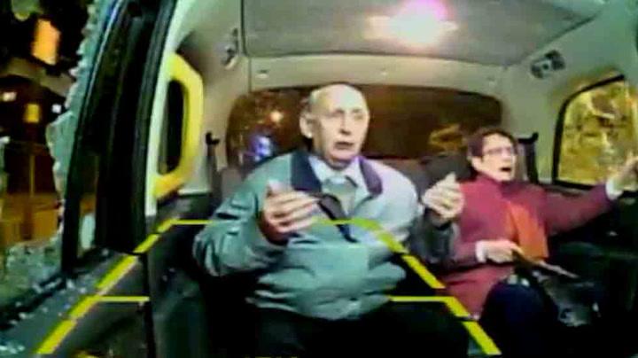 Eldre par satt i taxi da steinen smalt gjennom ruta