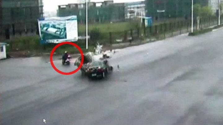 Mopedist står centimeter unna kollisjon