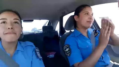 Se viralizó un video de dos policías bailando mientras manejaban