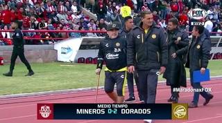 ¿Preocupante? Diego Maradona aparece dirigiendo al Dorados en bastón