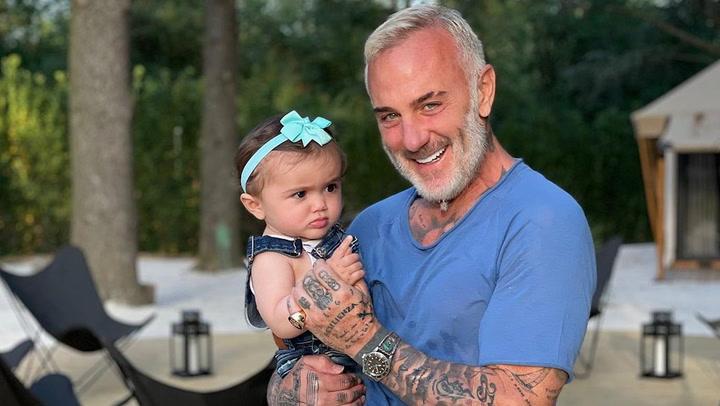 Gianluca Vacchi disfruta del \'primer baño en el mar\' de su hija