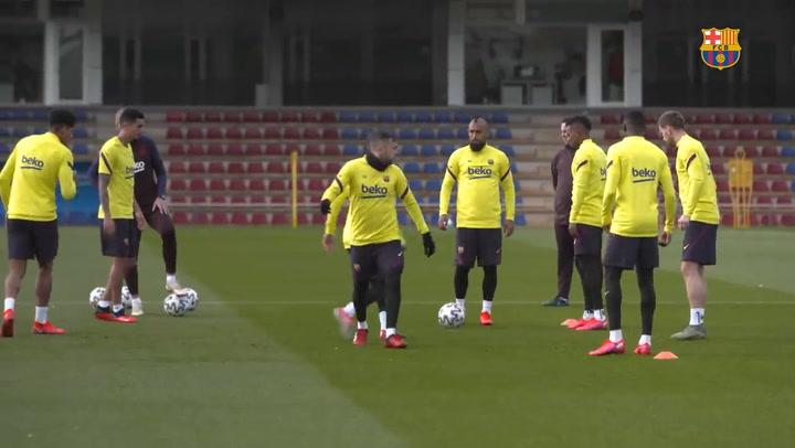 Los jugadores del Barça rinden tributo a Kobe Bryant durante el entrenamiento