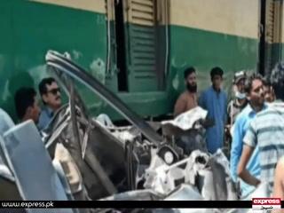 پتوکی میں گاڑی ٹرین کی زد میں آنے سے ایک ہی خاندان کے 4 افراد جاں بحق