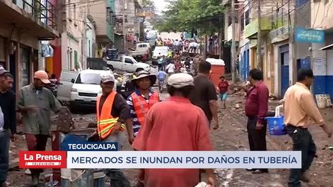 Mercado se inundan por daños en tubería