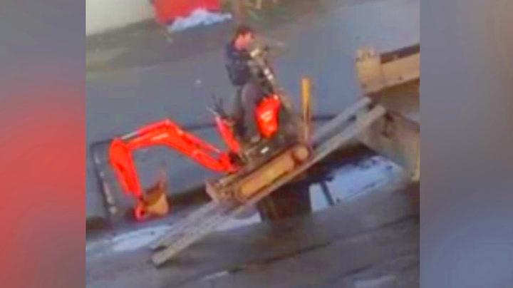 Mannen leide minigraver – så skulle han laste den på hengeren