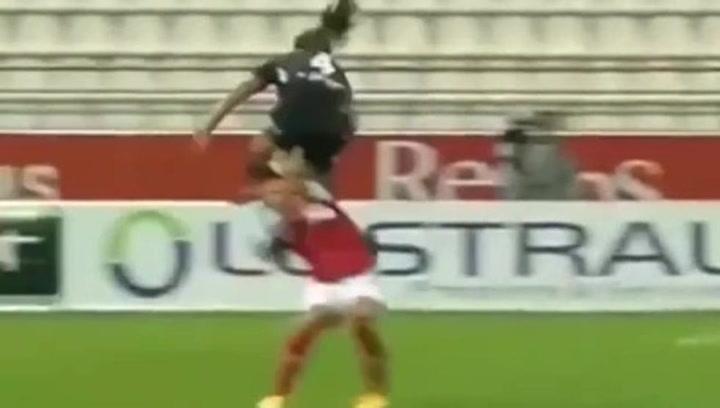 Brutal patada en fútbol femenino: una jugadora golpea temerariamente a otra en la cara