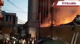 Voraz incendio consume al menos cinco negocios en el centro de la capital