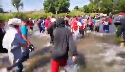 Caravana migrante se arriesga y cruza el río Suchiate en México