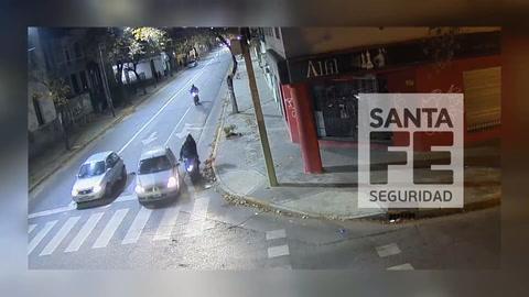 Un espectacular choque entre una moto y un auto quedó filmado en pleno centro