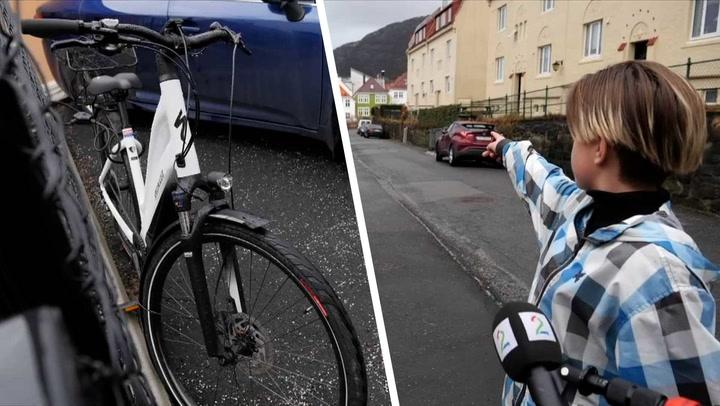 Lærerens sykkel, Isak (11) peker bortover en gate