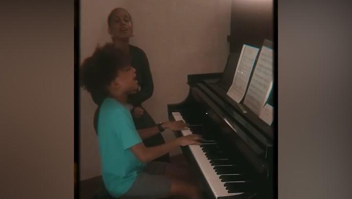 ¿Tras los pasos de su madre? El impresionante talento del hijo de Alicia Keys cantando con ella