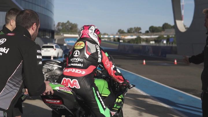 Ana Carrasco prueba la Kawasaki oficial de Jonathan Rea