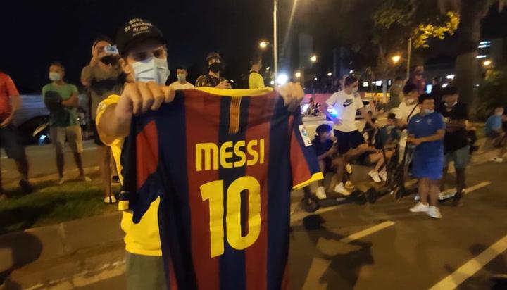 """Aficionados culé acuden a las oficinas del club a expresar su deseo: """"¡Messi, quédate!"""""""