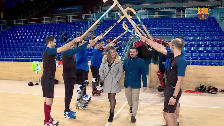 Un aficionado le pide matrimonio a su pareja con el equipo del Barça de hockey patines de fondo