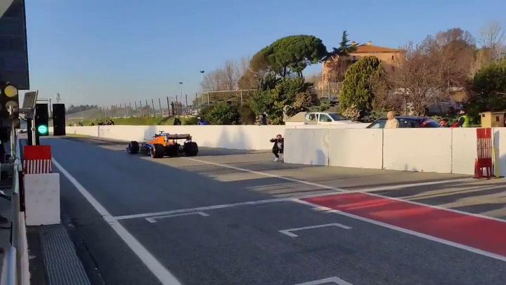 Carlos Sainz inicia el test de Montmeló con el MCL35