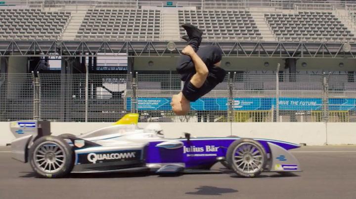 Damien overlevde vanvittig stunt over racerbil