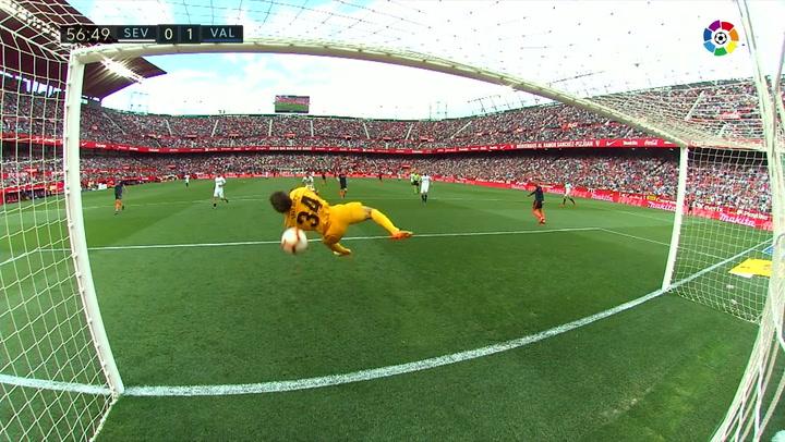 LaLiga: Sevilla - Valencia. Disparo de Gameiro al palo