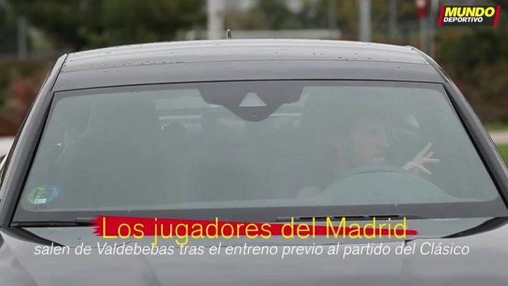 Los jugadores del Real Madrid abandonan Valdebebas tras el entreno previo al Clásico