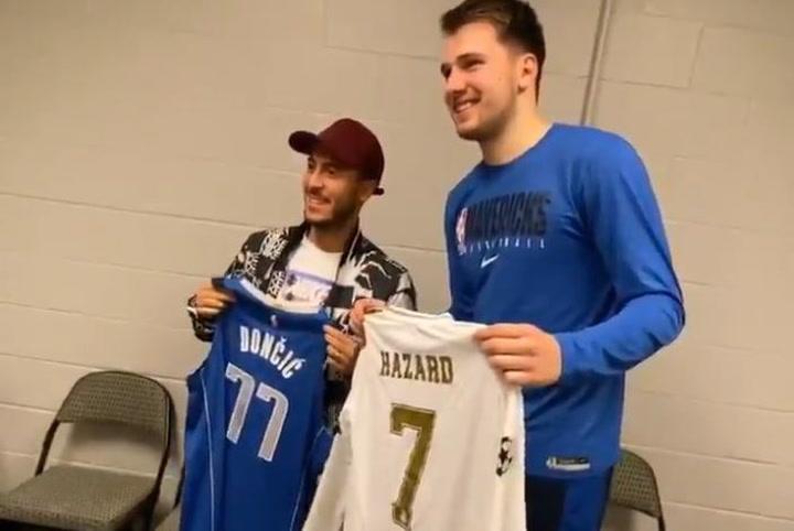 Luka Doncic y Eden Hazard se saludan tras el partido de los Mavericks