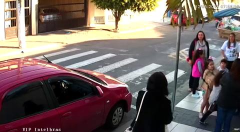 Una policía mata a un ladrón que quería atracar a un grupo de madres y niños