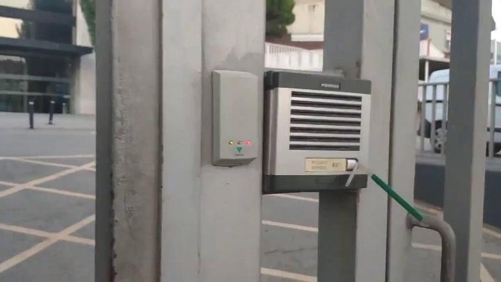La afición culé pone una pajita en el telefonillo del Camp Nou para que no deje de sonar