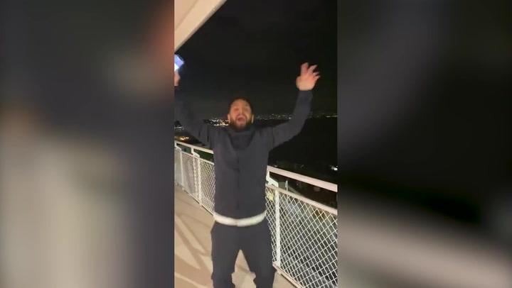 Animando al Nápoles desde el balcón