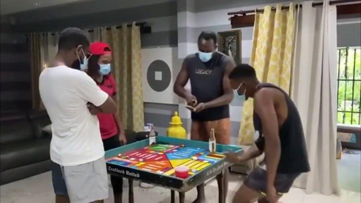 Usain Bolt da ejemplo mostrando cómo juega al parchís con sus amigos