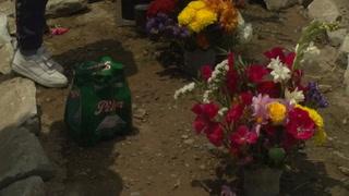 Peruanos vuelven a los cementerios para visitar a familiares muertos por covid-19