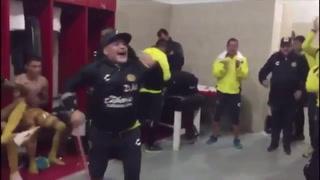 Con todo y muleta Maradona festeja otro triunfo de Dorados