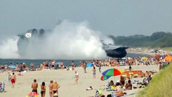 Se kjempebåten kjøre rett mot strandgjestene