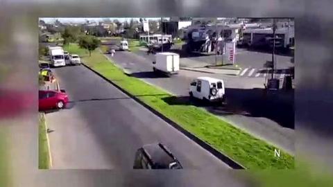Un video registra cómo un móvil policial embiste a un motoquero que escapó de un control