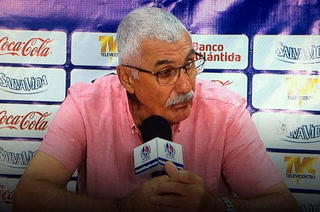 Manuel Keosseián explota contra un periodista en conferencia tras derrota con Motagua