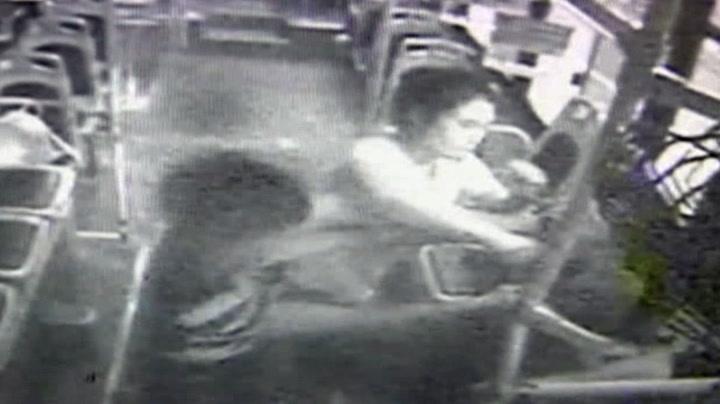 Mann grafset kvinner på bussen - fikk juling