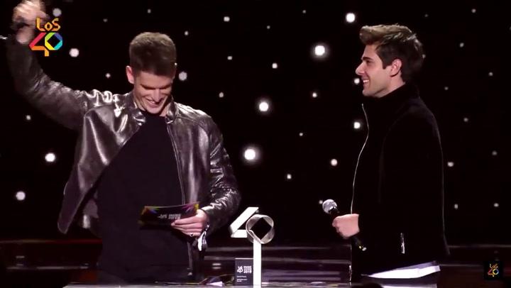 Aitana recoge su premio en los MTV Awards de manos de Miguel Bernardeu