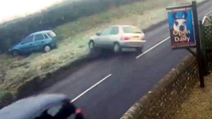 Britene sliter på glatta: Bilene ligger strødd
