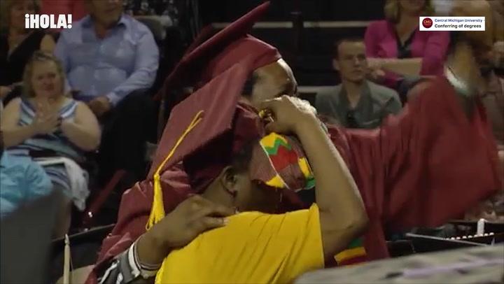 La emotiva sorpresa a esta madre entregada que renunció a su graduación por ir a la de su hijo