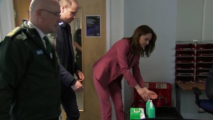 Los duques de Cambridge visitan el servicio de emergencias entre medidas de precaución