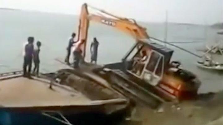 Kjørte gravemaskinen på båten – da var fiaskoen et faktum