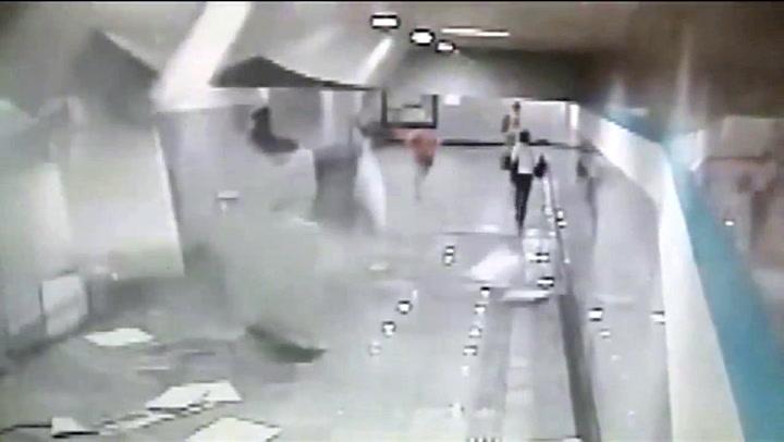 Flykter for livet da taket kommer rasende