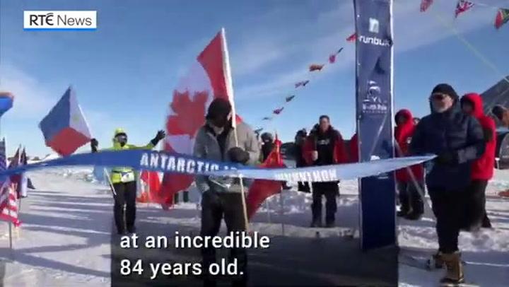 Establece un nuevo récord en el Maratón de Hielo de la Antártida con ¡84 años!