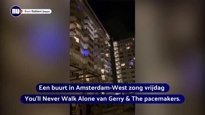 Amsterdammers zingen elkaar toe vanaf hun balkon