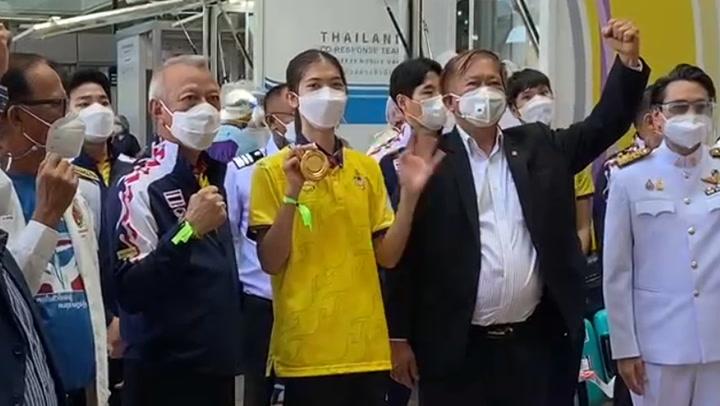"""""""น้องเทนนิส"""" ลัดฟ้าถึงไทยแล้ว หลังซิวเหรียญทองประวัติศาสตร์ โอลิมปิก 2020"""