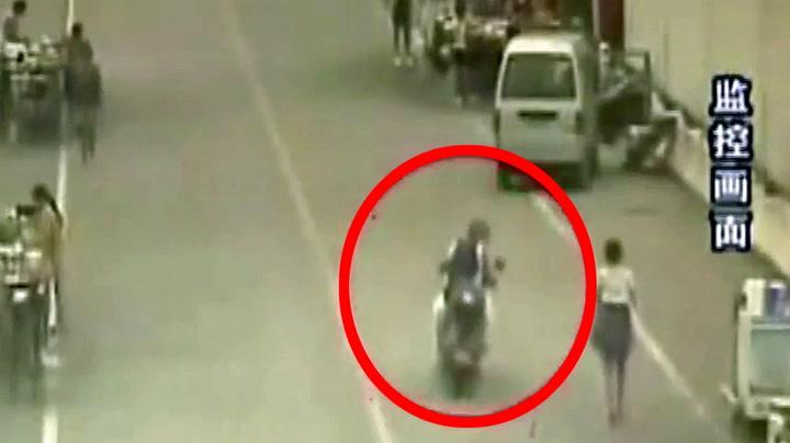 Mopedist stirrer på jente i skjørt – så går det galt