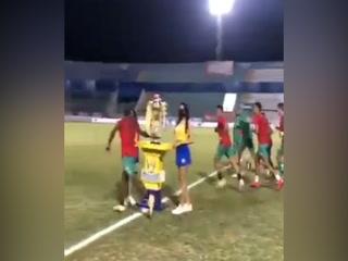 ¡No puede ser! ¡La ha tocado! Solani tocó la copa de final ante Olimpia!