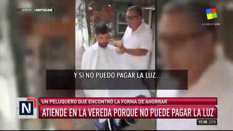 Un peluquero atiende en la calle porque no puede pagar la luz